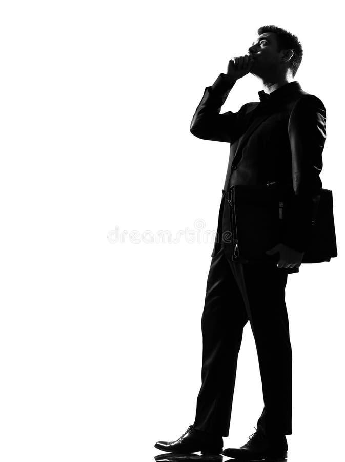 Silhouetteer de mens op de telefoon stock foto's