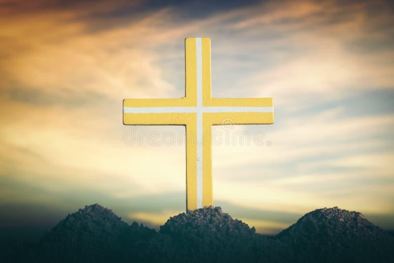 Silhouetteer het kruis over een zonsondergangachtergrond stock afbeelding