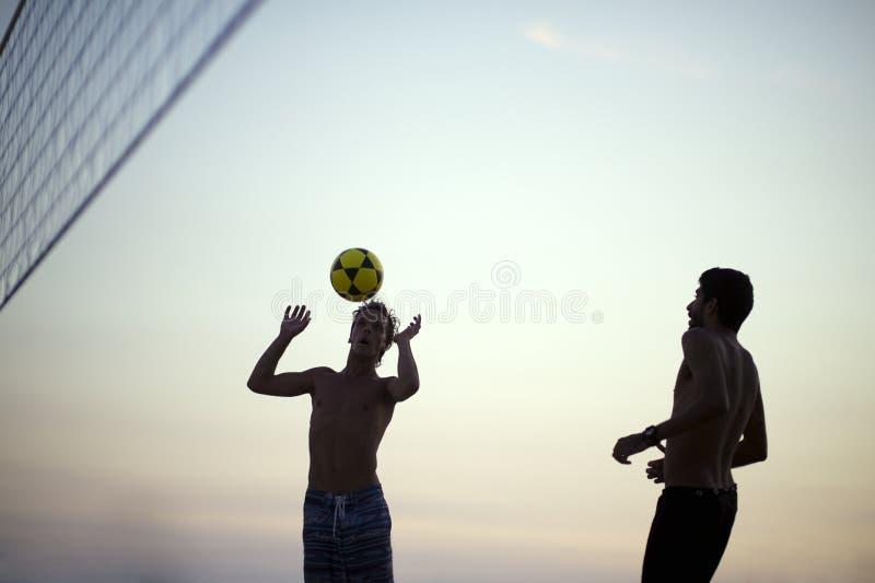 Silhouetteert Speelstrandvolleyball Rio de Janeiro Brazil Sunset royalty-vrije stock foto