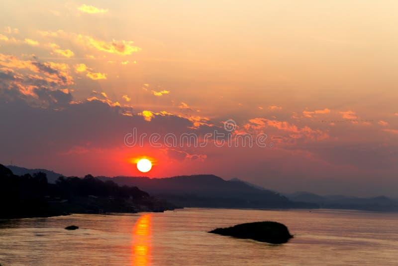 Silhouettel et lumière de coucher du soleil d'or dans la soirée photographie stock libre de droits