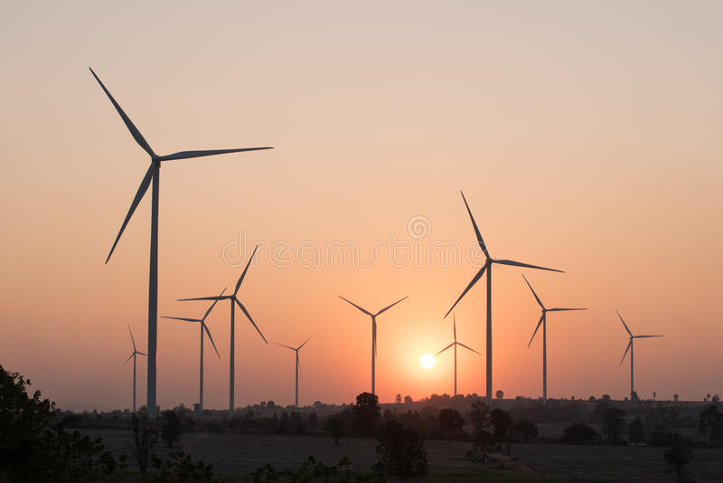 Silhouetten av lindar turbiner på solnedgången arkivbilder