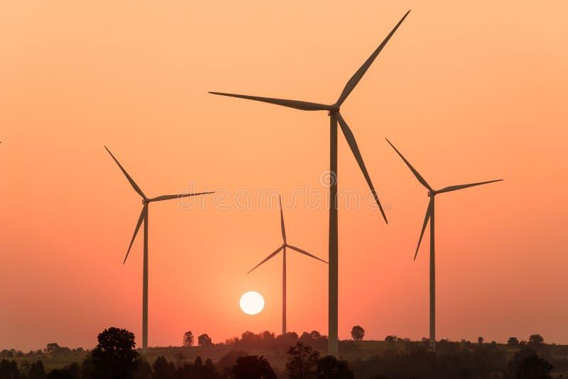 Silhouetten av lindar turbiner på solnedgången royaltyfria foton