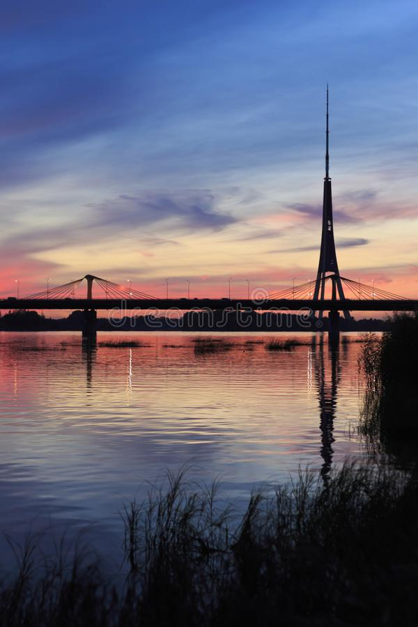 Silhouetten bij nacht bij rivier Daugava royalty-vrije stock foto's