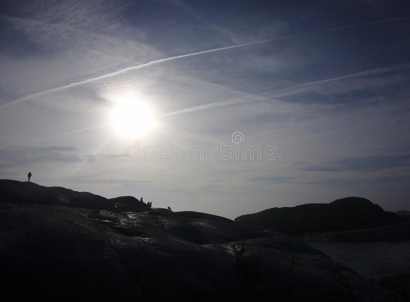 Silhouetten die voor de zon lopen royalty-vrije stock afbeeldingen