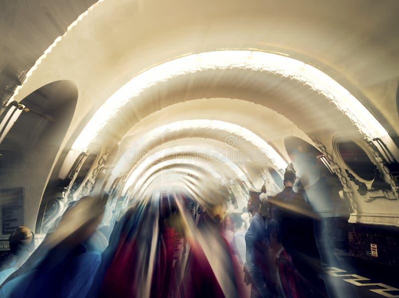 Silhouetten in tunnel, naar het licht royalty-vrije stock afbeelding