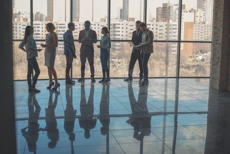 Silhouetten van bedrijfsmensen in conferentieruimte stock foto's