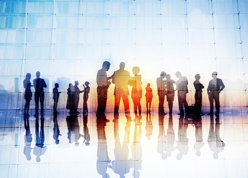 Silhouetten van Bedrijfsmensen die in openlucht bespreken royalty-vrije stock foto's