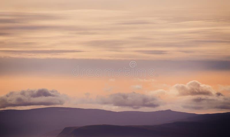 Silhouetten van bergen en wolken in de hemel, het landschap van IJsland stock afbeeldingen