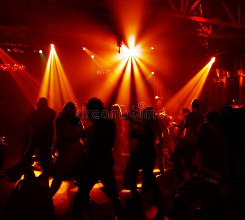 Silhouetten van dansende tieners royalty-vrije stock afbeeldingen