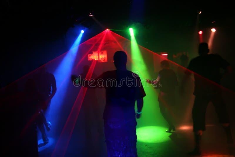Silhouetten van dansende tieners stock foto