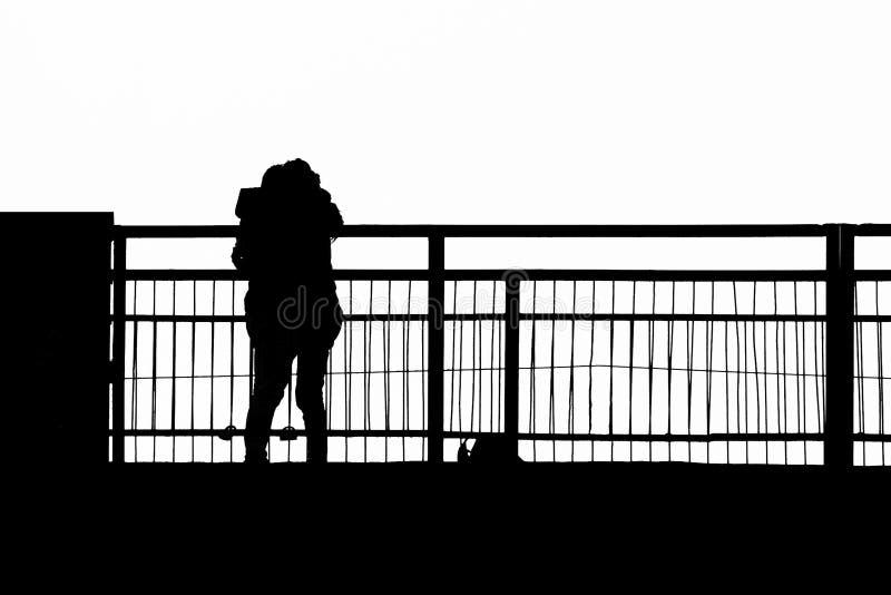 Silhouetten van een paar in liefde op de de brugkus en omhelzing royalty-vrije stock fotografie