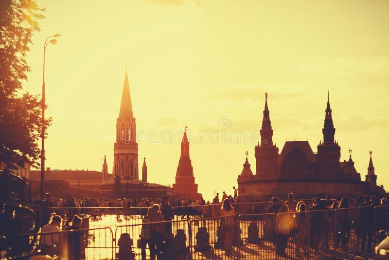 Silhouetten van gebouwen op Rood Vierkant tijdens zonsondergang, unrecogniz royalty-vrije stock foto's