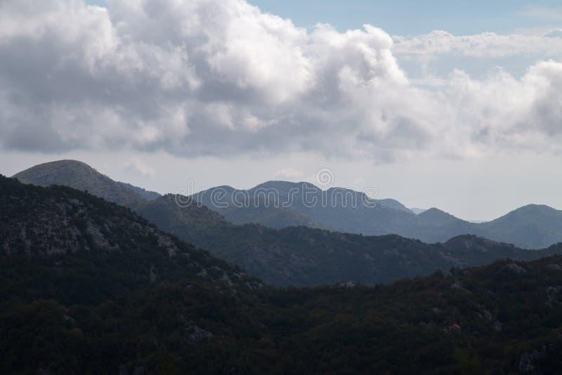 Silhouetten van gelaagde bergen bij dag stock afbeelding
