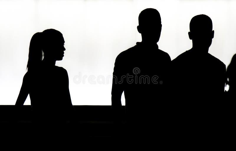 Silhouetten van jongeren die in motieonduidelijk beeld lopen in de nacht royalty-vrije stock afbeeldingen