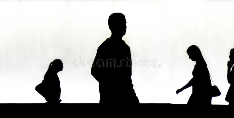 Silhouetten van jongeren walkingr in de nacht stock foto's