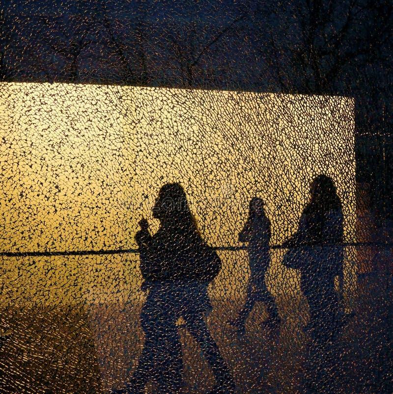 Silhouetten van lopende die mensen en bomen door het gebroken venster worden gezien royalty-vrije stock afbeeldingen