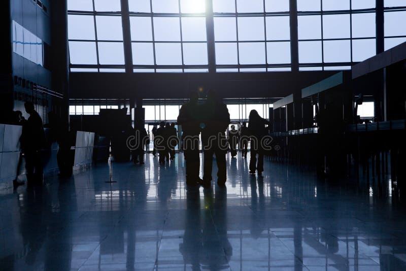 Silhouetten van mensen in commercieel centrum royalty-vrije stock afbeeldingen