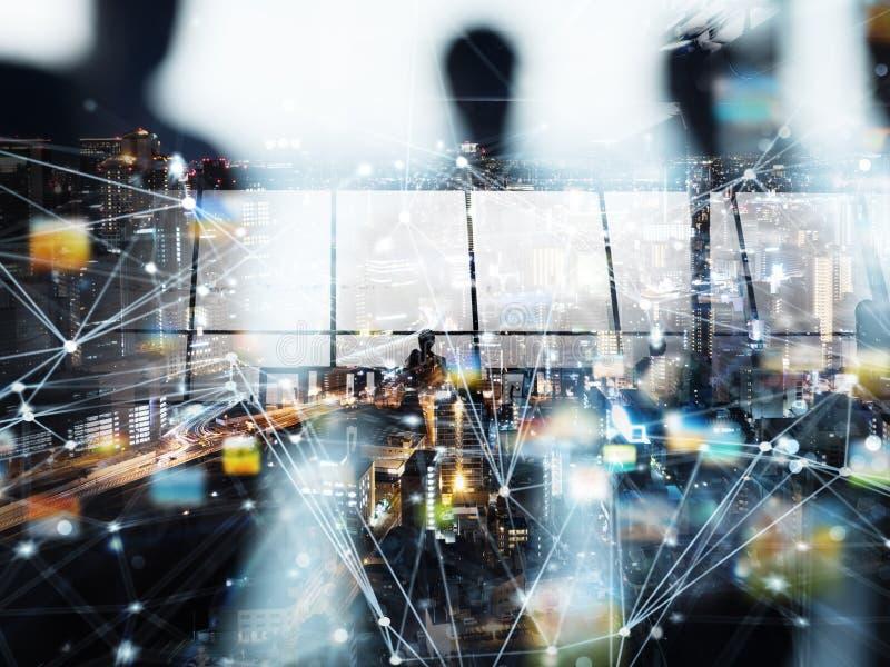 Silhouetten van mensen in de voorgrond Concept mededeling en technologie dubbele blootstelling met lichteffecten stock foto