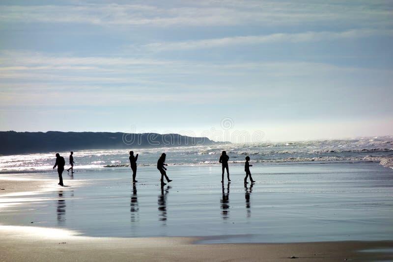 Silhouetten van Mensen die op het Strand spelen royalty-vrije stock afbeeldingen