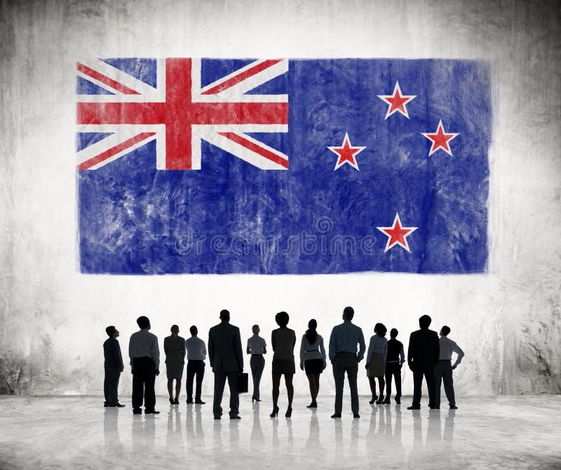 Silhouetten van Mensen en Vlag van Nieuw Zeeland stock afbeelding