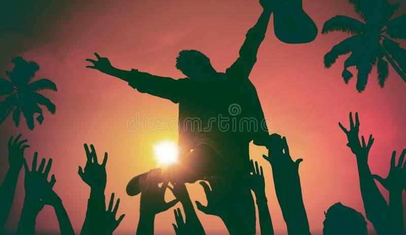 Silhouetten van Mensen in Muziekfestival door het Strandconcept stock afbeelding