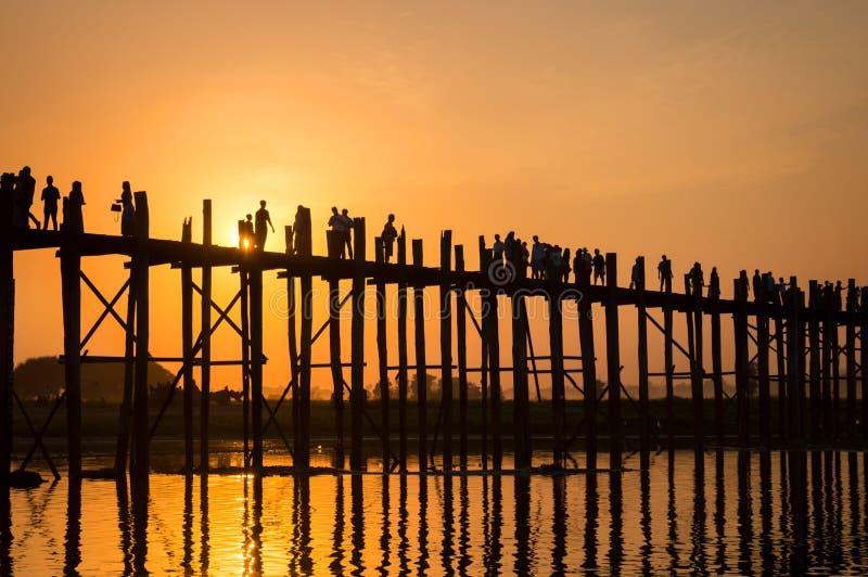 Silhouetten van mensen op de brug van U Bein over het Taungthaman-Meer bij zonsondergang, in Amarapura, Mandalay Myanmar royalty-vrije stock foto's
