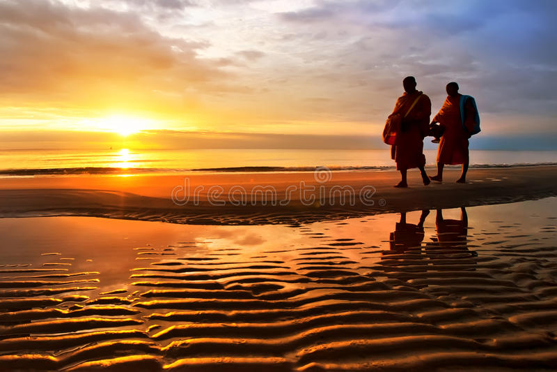 Silhouetten van monniken op Hua Hin-strand Thailand royalty-vrije stock foto