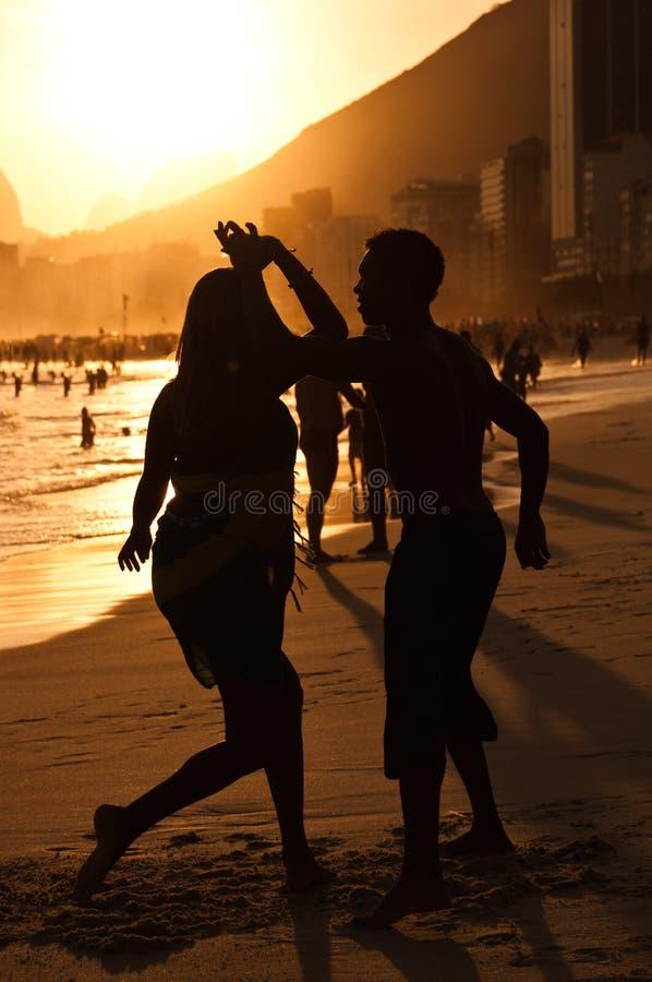 Silhouetten van Paar het Dansen royalty-vrije stock foto's