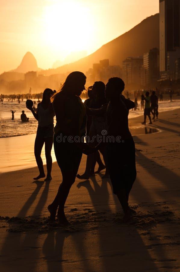 Silhouetten van Paar het Dansen stock fotografie