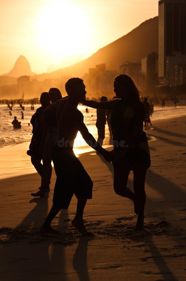 Silhouetten van Paar het Dansen stock afbeelding