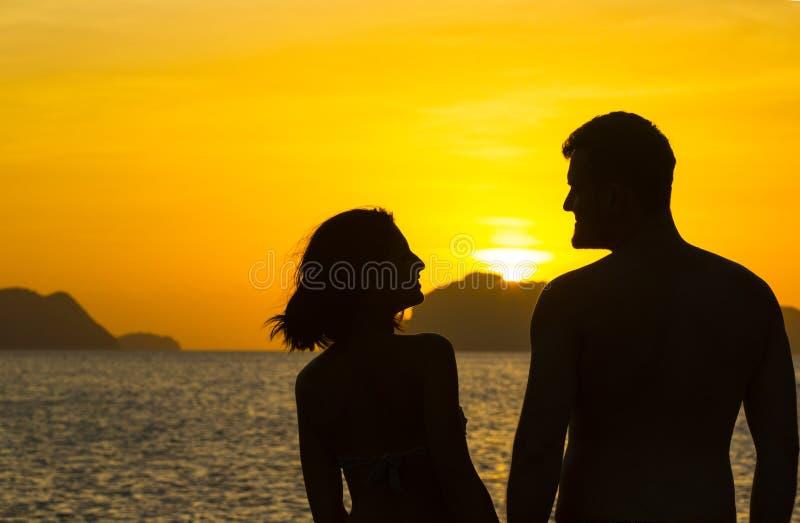 Silhouetten van paren in liefde royalty-vrije stock foto's