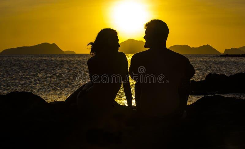 Silhouetten van paren in liefde stock foto
