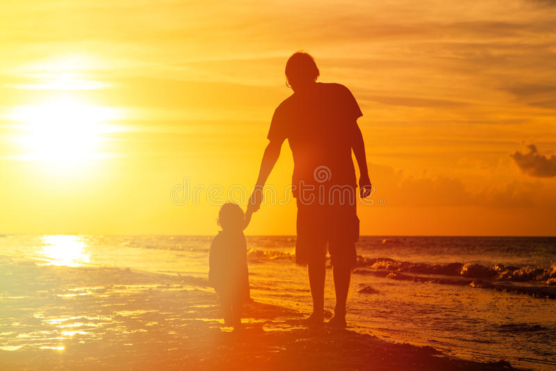 Silhouetten van vader en weinig dochter het lopen stock afbeeldingen