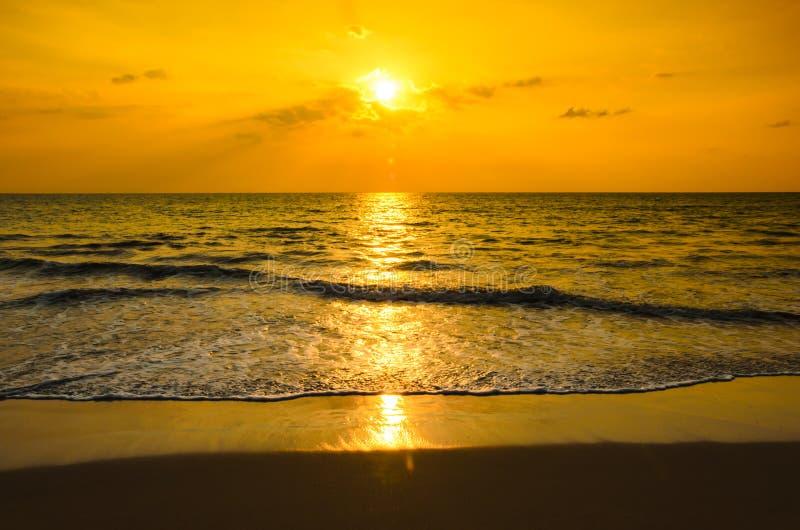 Silhouettes заходы солнца на пляже стоковая фотография rf