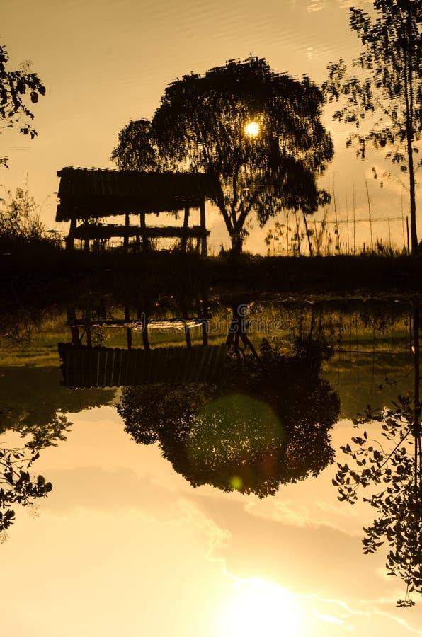 Silhouettes хата в бассейне фермы стоковая фотография rf