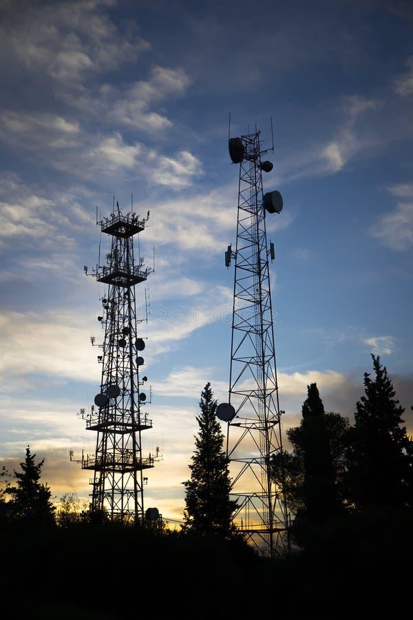 Silhouettes d'antennes de communication photos stock