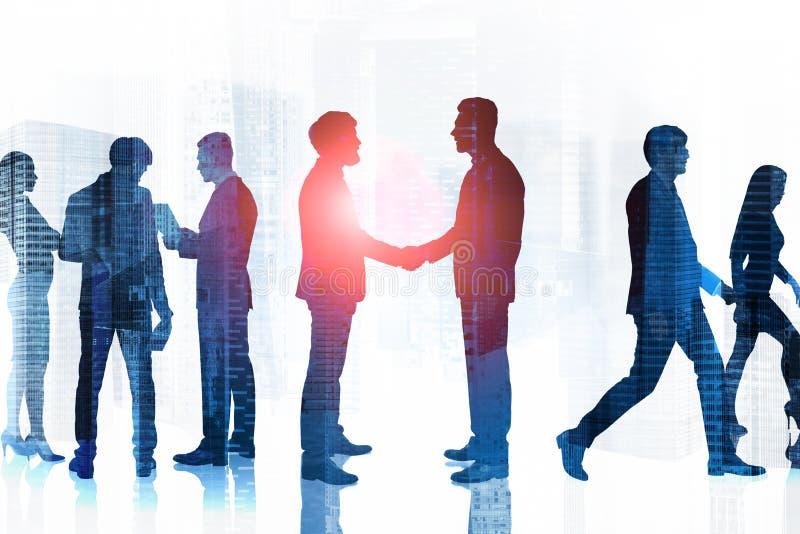 Silhouettes d'hommes d'affaires dans la ville teamwork photos libres de droits