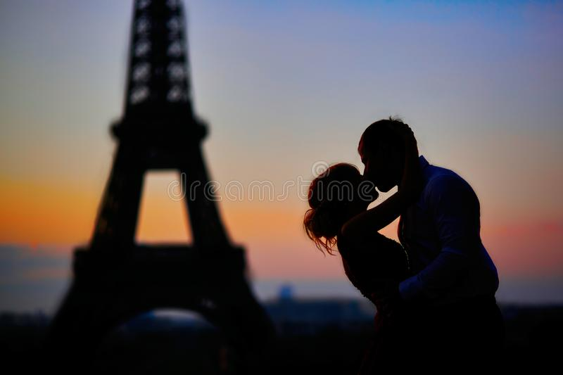 Silhouettes d'un couple embrassant devant Tour Eiffel au lever de soleil à Paris, France photo stock