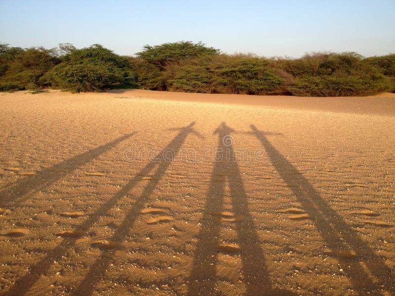 Silhouettes dans les dunes images stock