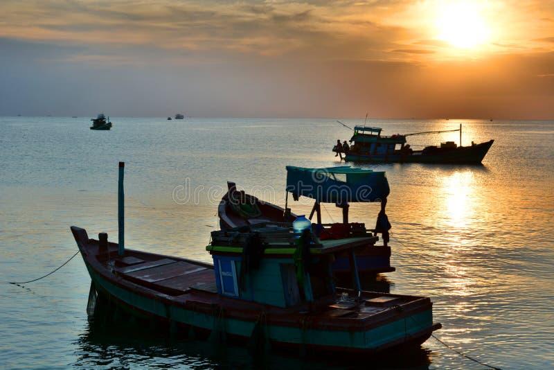Silhouettes de bateaux de pêche au coucher du soleil Coup de Duong Phu Quoc vietnam image libre de droits
