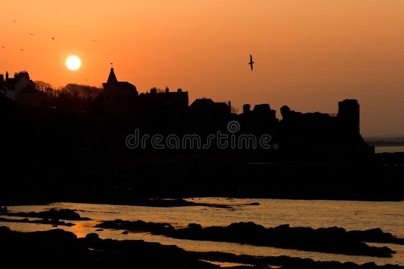Silhouettes de coucher du soleil au château de rue Andrews image stock