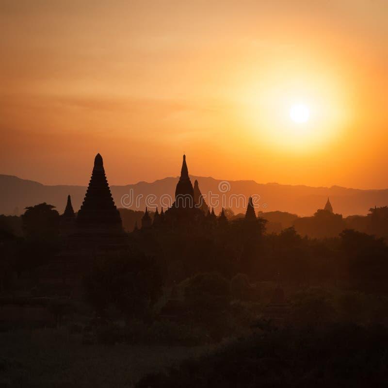 Silhouettes de coucher du soleil des temples bouddhistes chez Bagan Kingdom, Myanmar photographie stock libre de droits