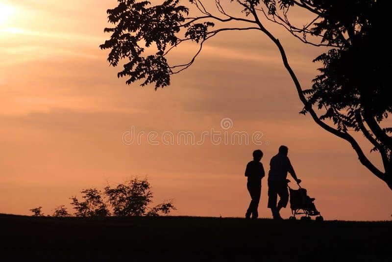 SILHOUETTES DE FAMILLE images stock