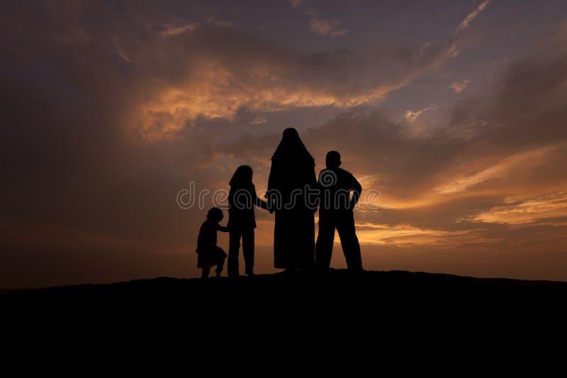 Silhouettes de femmes musulmanes avec elle enfant photos libres de droits