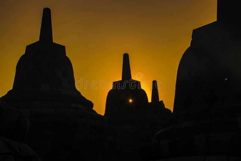 Silhouettes de lever de soleil de temple bouddhiste Borobudur complexe, Yogyakarta, Jawa, Indonésie photographie stock