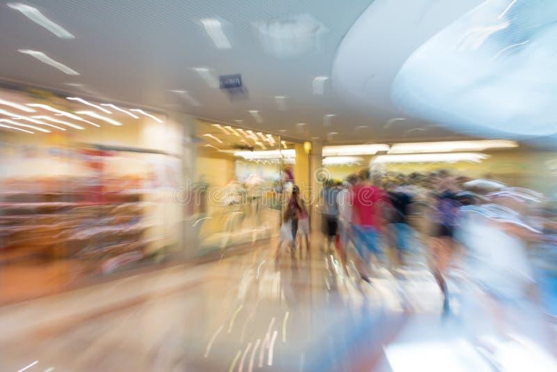 Silhouettes de personnes au centre commercial photo stock
