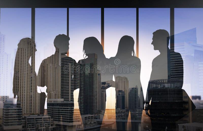 Silhouettes de personnes au-dessus de fond de ville illustration de vecteur