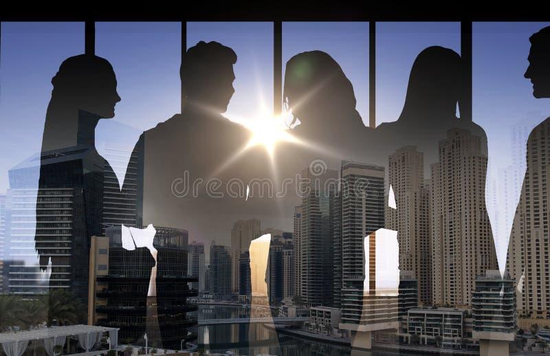 Silhouettes de personnes au-dessus de fond de ville illustration stock
