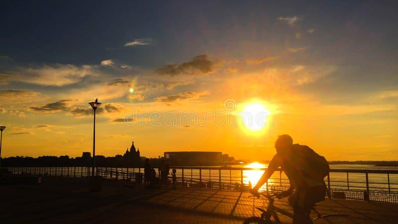 Silhouettes de personnes marchant sur le quai photo libre de droits