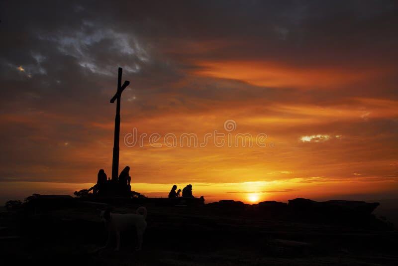 Silhouettes de touristes sous la croisière au coucher du soleil au Brésil photographie stock